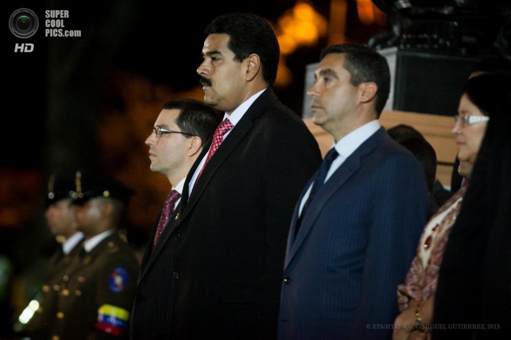 Венесуэла. Каракас. 14 мая. Президент Венесуэлы Николас Мадуро (в центре) и вице-президент Хорхе Арреаса (слева) на церемонии открытия мавзолея Симона Боливара. (EPA/ИТАР-ТАСС/MIGUEL GUTIERREZ)
