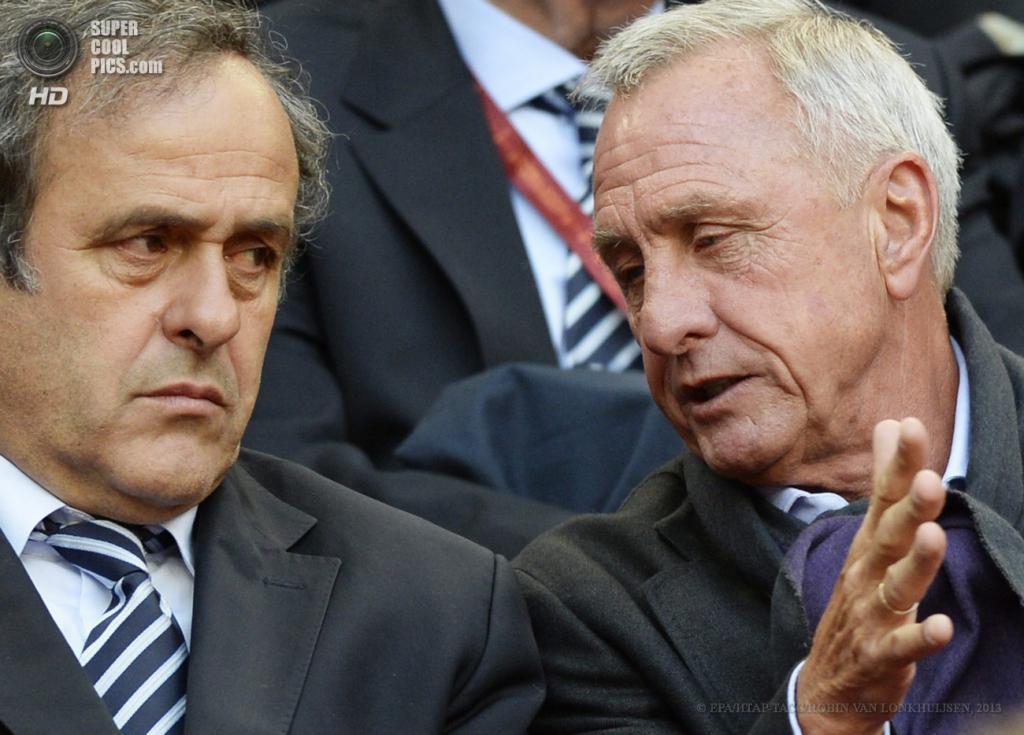 Нидерланды. Амстердам. 15 мая. Президент УЕФА Мишель Платини (слева) и Йохан Кройф на трибунах. (EPA/ИТАР-ТАСС/ROBIN VAN LONKHUIJSEN)