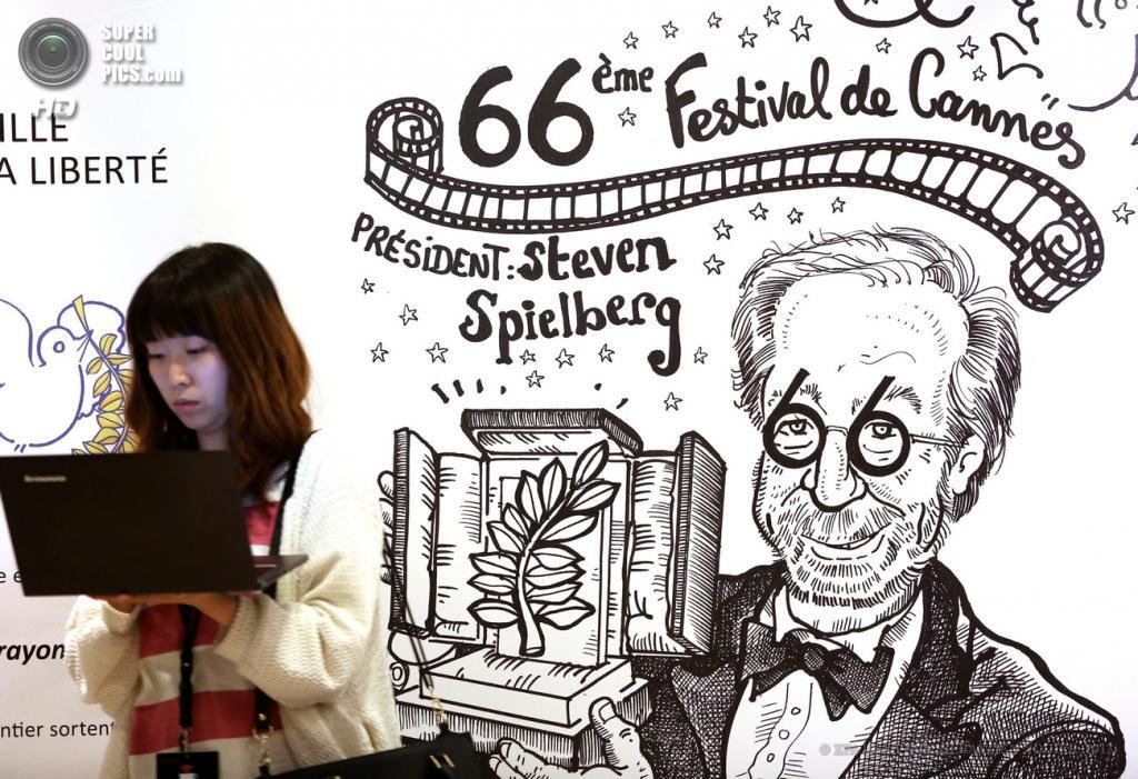 Франция. Канны. 16 мая. Стивен Спилберг французского карикатуриста Plantu. (EPA/ИТАР-ТАСС/SEBASTIEN NOGIER)