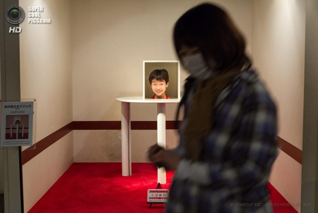 Япония. Хатиодзи, Токио. 17 мая. «Сюрприз магического стола» в музее оптических иллюзий Takao Trick Art Museum. (EPA/ИТАР-ТАСС/CHRISTOPHER JUE)