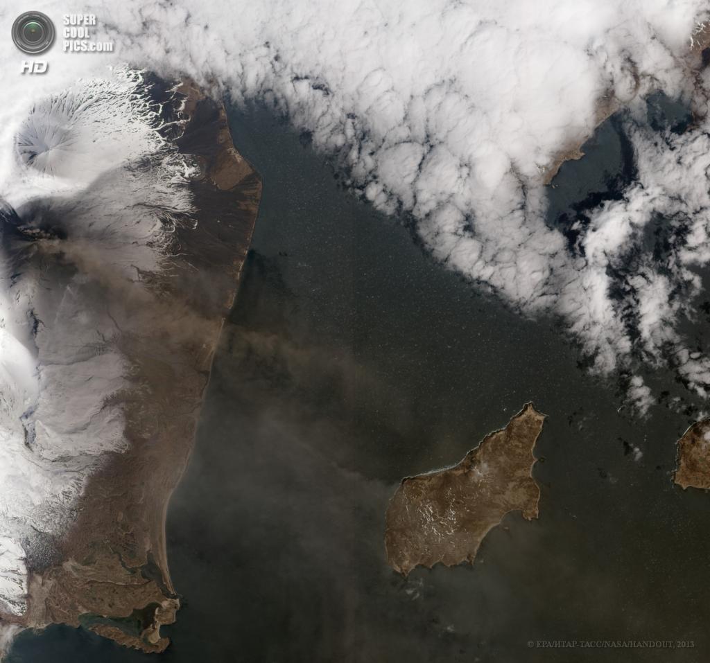 США. Аляска. 16 мая. Извержение вулкана Павлова, снятое инструментом ALI метеоспутника EO-1. (EPA/ИТАР-ТАСС/NASA/HANDOUT)