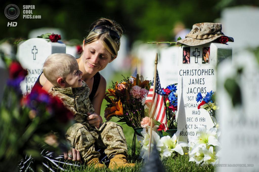 США. Вашингтон. 28 мая. На Арлингтонском национальном кладбище в День поминовения. (EPA/ИТАР-ТАСС/PETE MAROVICH)