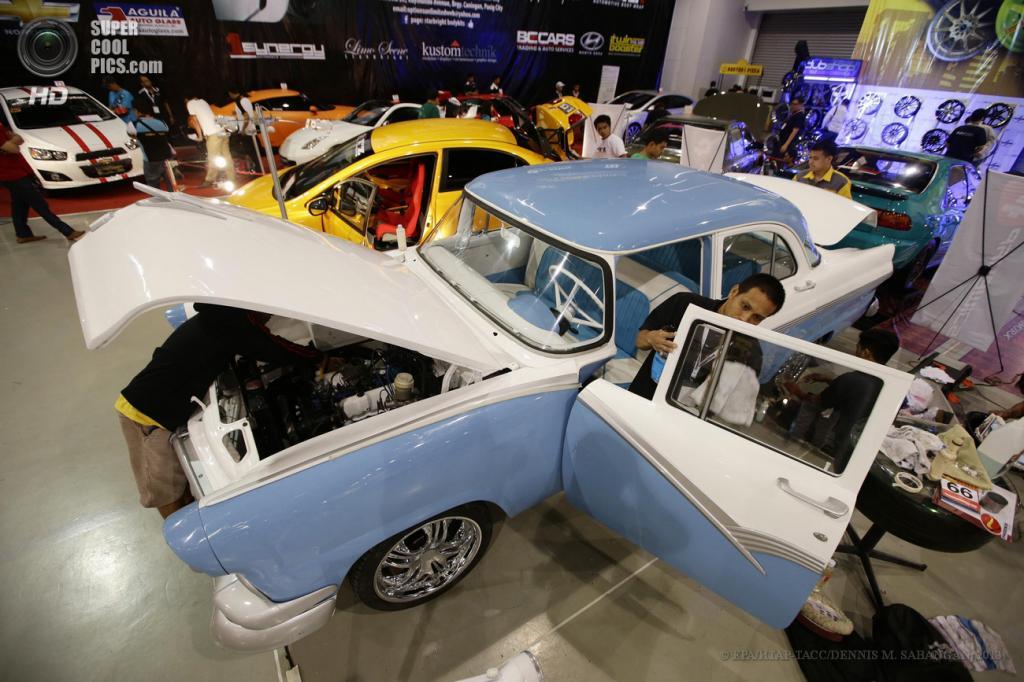 Филиппины. Манилы. 30 мая. Рабочие натирают Ford Fairlane 1956 года выпуска на 22-м Манильском автосалоне. (EPA/ИТАР-ТАСС/DENNIS M. SABANGAN)