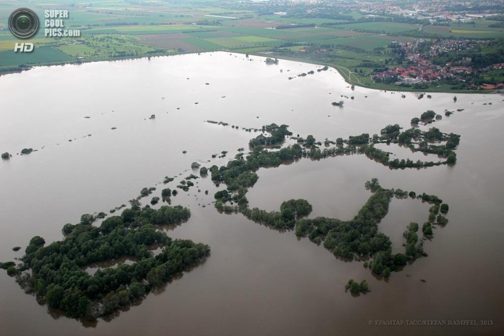 Германия. Дрюбер, Нижняя Саксония. 30 мая. Наводнение вследствие проливных дождей. (EPA/ИТАР-ТАСС/STEFAN RAMPFEL)