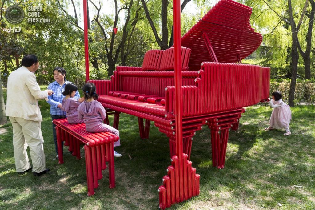 Китай. Пекин. «Красное пианино» китайского скульптора Тяня Е. (EPA/ИТАР-ТАСС/ADRIAN BRADSHAW)