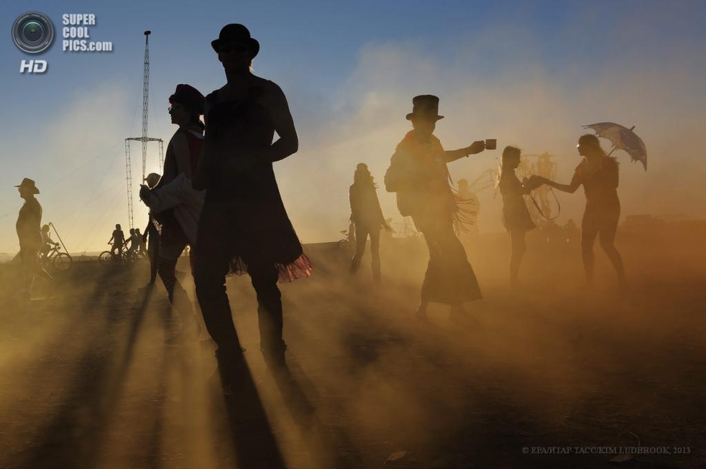 Южная Африка. Карру, Северо-Капская провинция. 4 мая. На фестивале AfrikaBurn 2013. (EPA/ИТАР-ТАСС/KIM LUDBROOK)