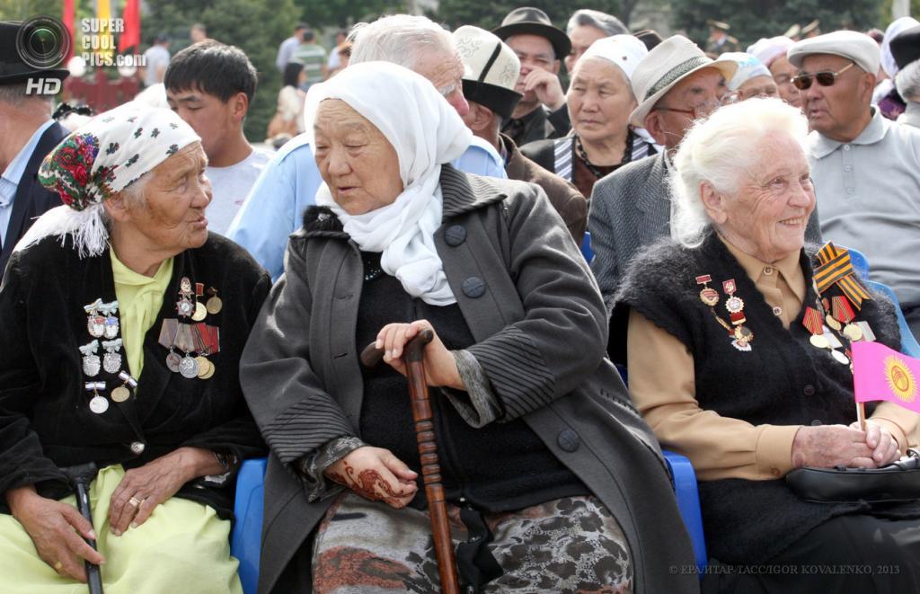 Киргизия. Бишкек. 9 мая. Празднование Дня Победы. (EPA/ИТАР-ТАСС/IGOR KOVALENKO)