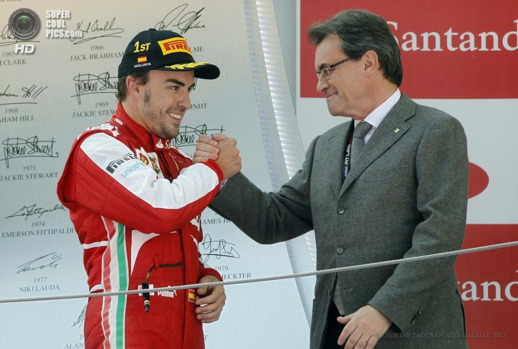 Испания. Монтмело, Каталония. 12 мая. Гонщик команды Scuderia Ferrari Фернандо Алонсо пожимает руку председателю парламента Каталонии Артуру Масу. (EPA/ИТАР-ТАСС/VANDREU DALMAU)
