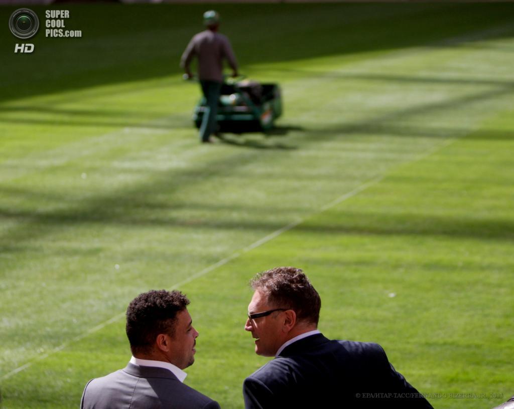 Бразилия. Бразилиа. 14 мая. Генеральный секретарь ФИФА Жером Вальке (справа) и бывший футболист Роналдо во время посещения Национального стадиона в преддверии Кубка конфедераций 2013. (EPA/FERNANDO BIZERRA JR.)