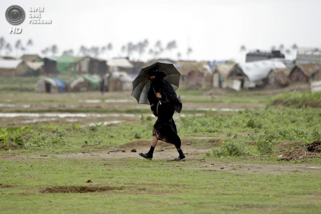 Мьянма. Ситуэ. Во время эвакуации жителей лагеря Mhan Si для временно перемещенных лиц в связи с приближением циклона  «Махасен». (EPA/ИТАР-ТАСС/NYEIN CHAN NAING)