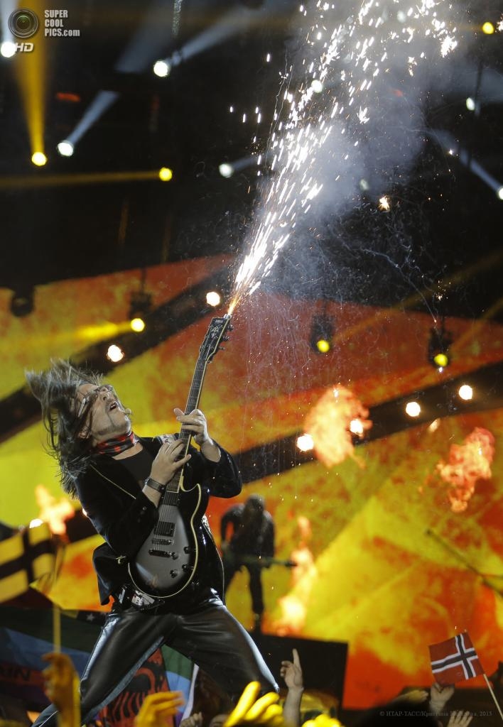 Швеция. Мальме. 16 мая. Представитель Албании Адриан Люльгюрай во время выступления на втором полуфинале музыкального конкурса «Евровидение-2013». (ИТАР-ТАСС/Кристина Королева)