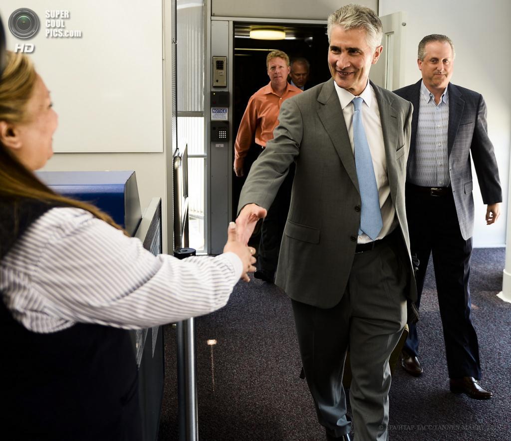 США. Чикаго, Иллинойс. 20 мая. Главный исполнительный директор United Airlines Джефф Смайсек сходит с борта Boeing 787 Dreamliner. (EPA/ИТАР-ТАСС/TANNEN MAURY)