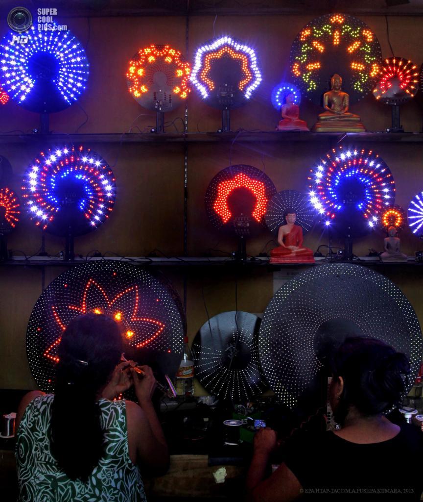 Шри-Ланка. Коломбо. 22 мая. Продажа LED-подсветки в преддверии праздника Весак. (EPA/ИТАР-ТАСС/M.A.PUSHPA KUMARA)