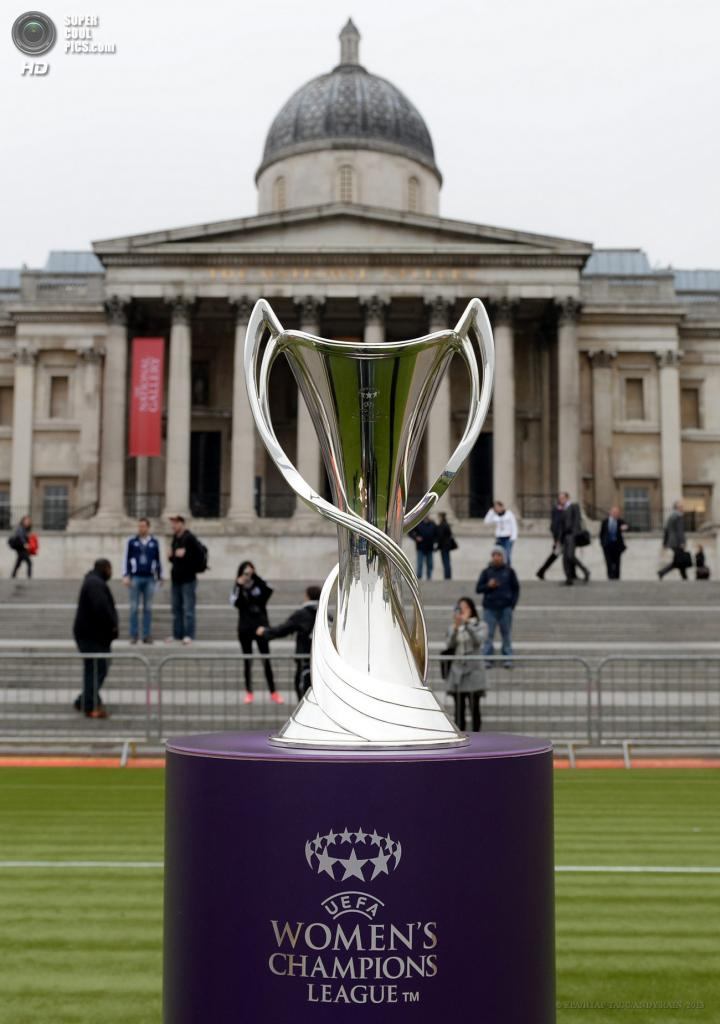Великобритания. Лондон. 22 мая. Трофей женской Лиги чемпионов УЕФА на Трафальгарской площади. (EPA/ИТАР-ТАСС/ANDY RAIN)