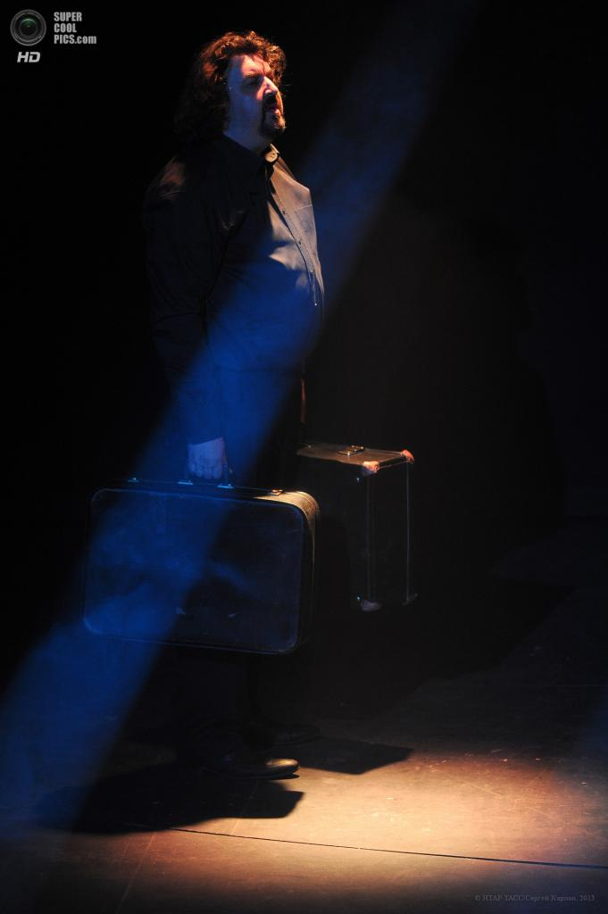 Россия. Москва. 27 мая. Актер Игорь Золотовицкий во время концерта «Кабаре Нуар», посвященного 75-летию Людмилы Петрушевской, в Московском академическом театре им. Вл. Маяковского. (ИТАР-ТАСС/Сергей Карпов)