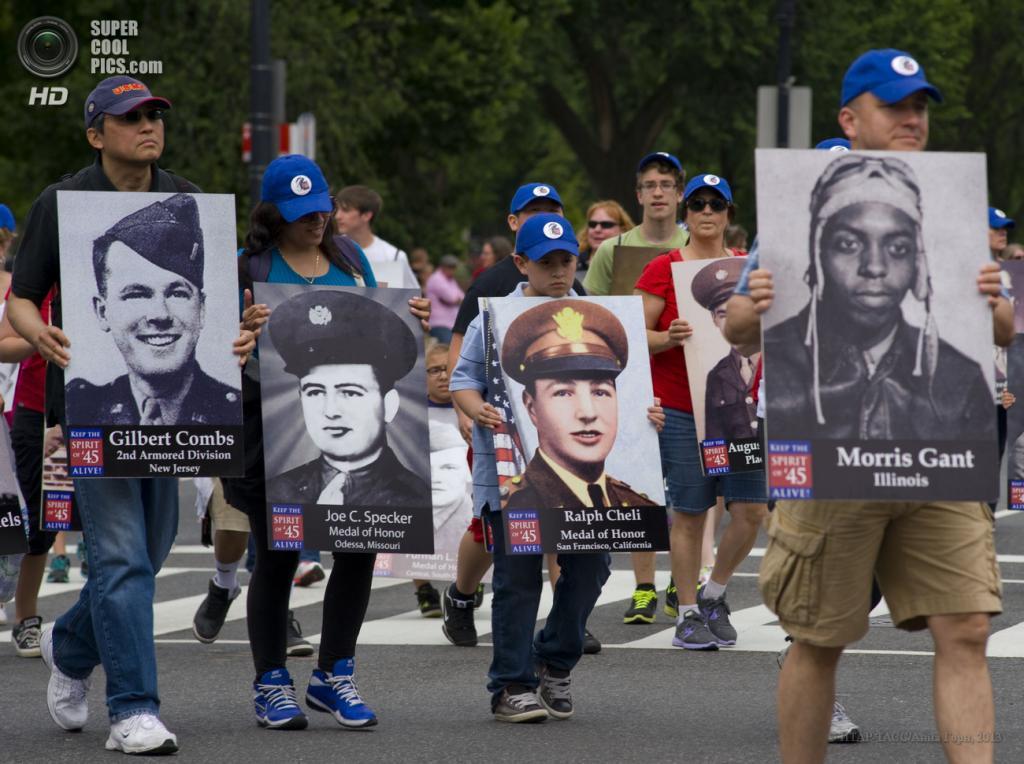 США. Вашингтон. 28 мая. Во время Национального парада в День поминовения на одной из улиц города. (ИТАР-ТАСС/Анна Горн)