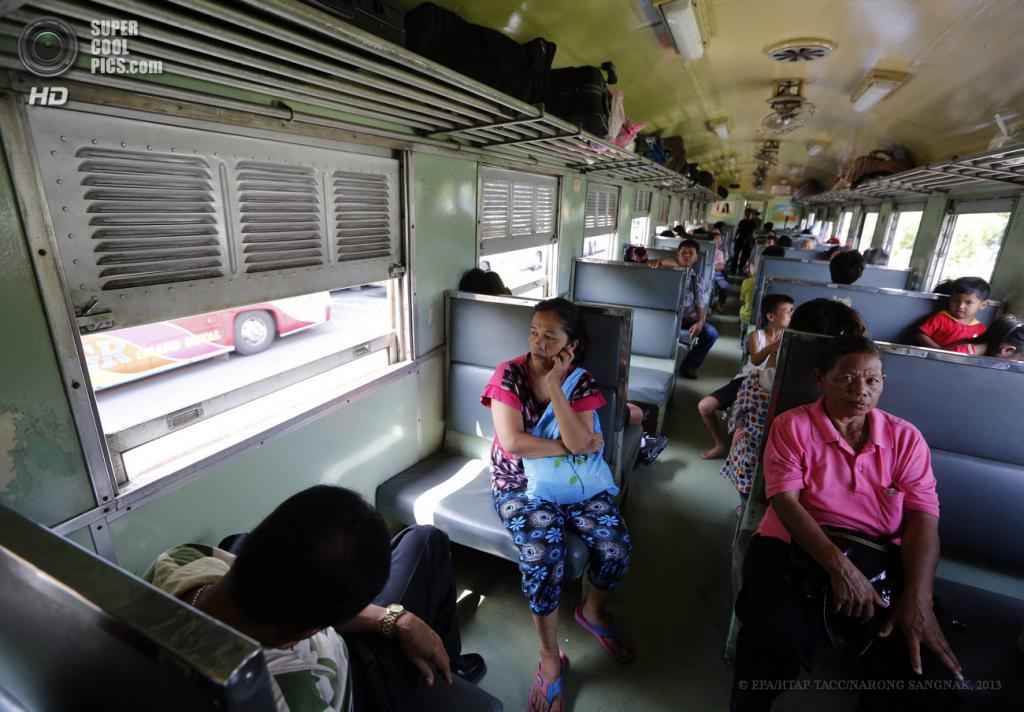 Таиланд. Бангкок. 28 мая. В салоне поезда. (EPA/ИТАР-ТАСС/NARONG SANGNAK)