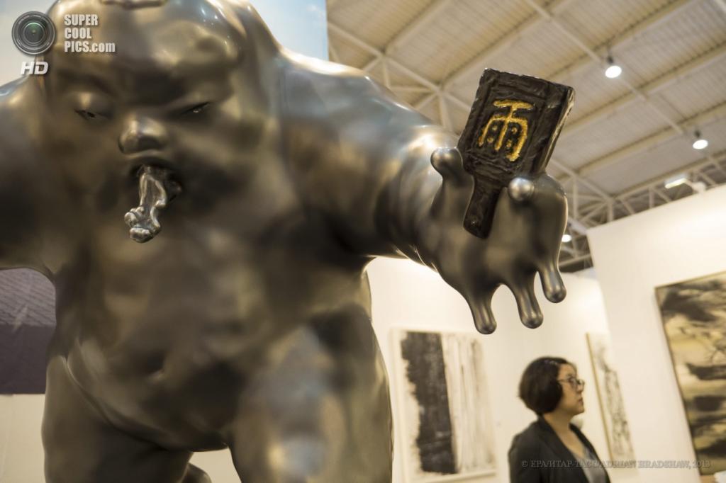 Китай. Пекин. «Повелитель дождя» китайского скульптора Ли Чэня. (EPA/ИТАР-ТАСС/ADRIAN BRADSHAW)