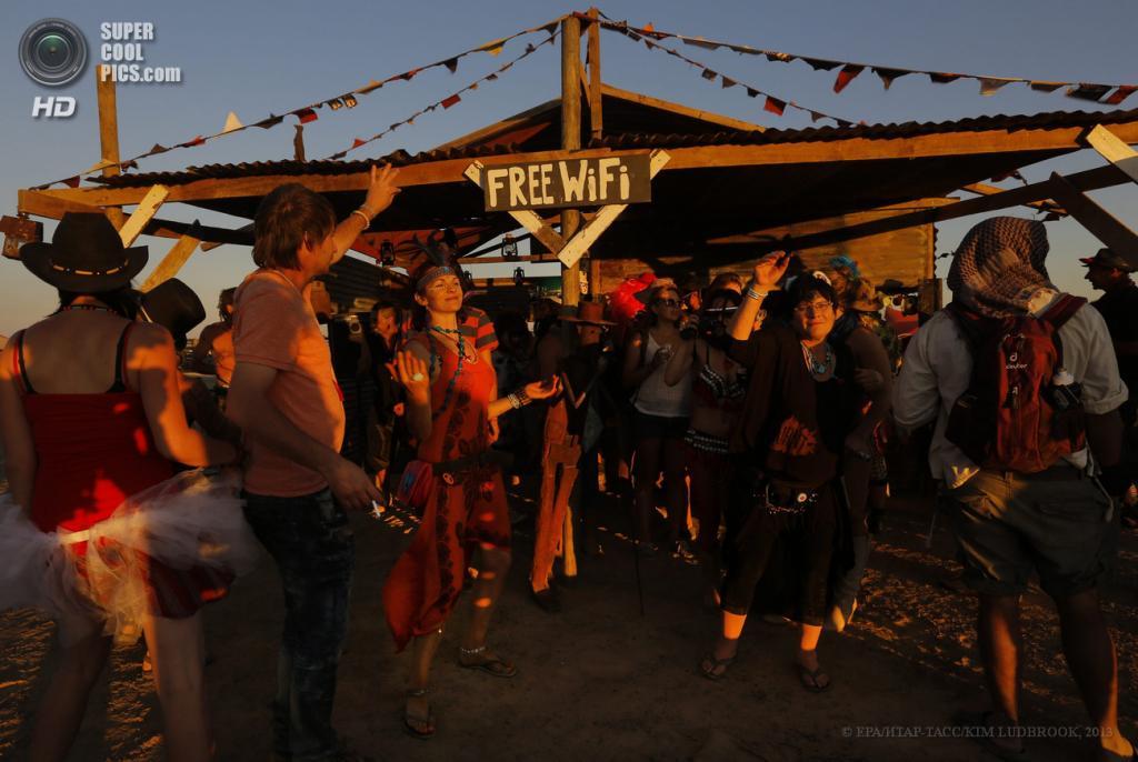 Южная Африка. Карру, Северо-Капская провинция. 2 мая. На фестивале AfrikaBurn 2013. (EPA/ИТАР-ТАСС/KIM LUDBROOK)