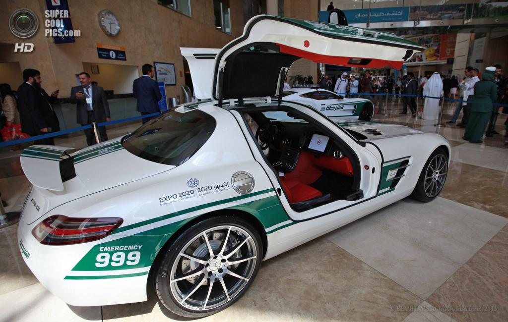 ОАЭ. Дубай. 7 мая. Mercedes-Benz SLS на автосалоне полицейских машин Дубая в рамках выставки Arabian Travel Market 2013. (EPA/ИТАР-ТАСС/ALI HAIDER)