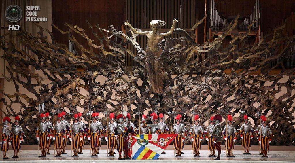 Ватикан. 6 мая. Церемония принесения присяги новобранцами Швейцарской гвардии. (EPA/ИТАР-ТАСС/ALESSANDRO DI MEO)