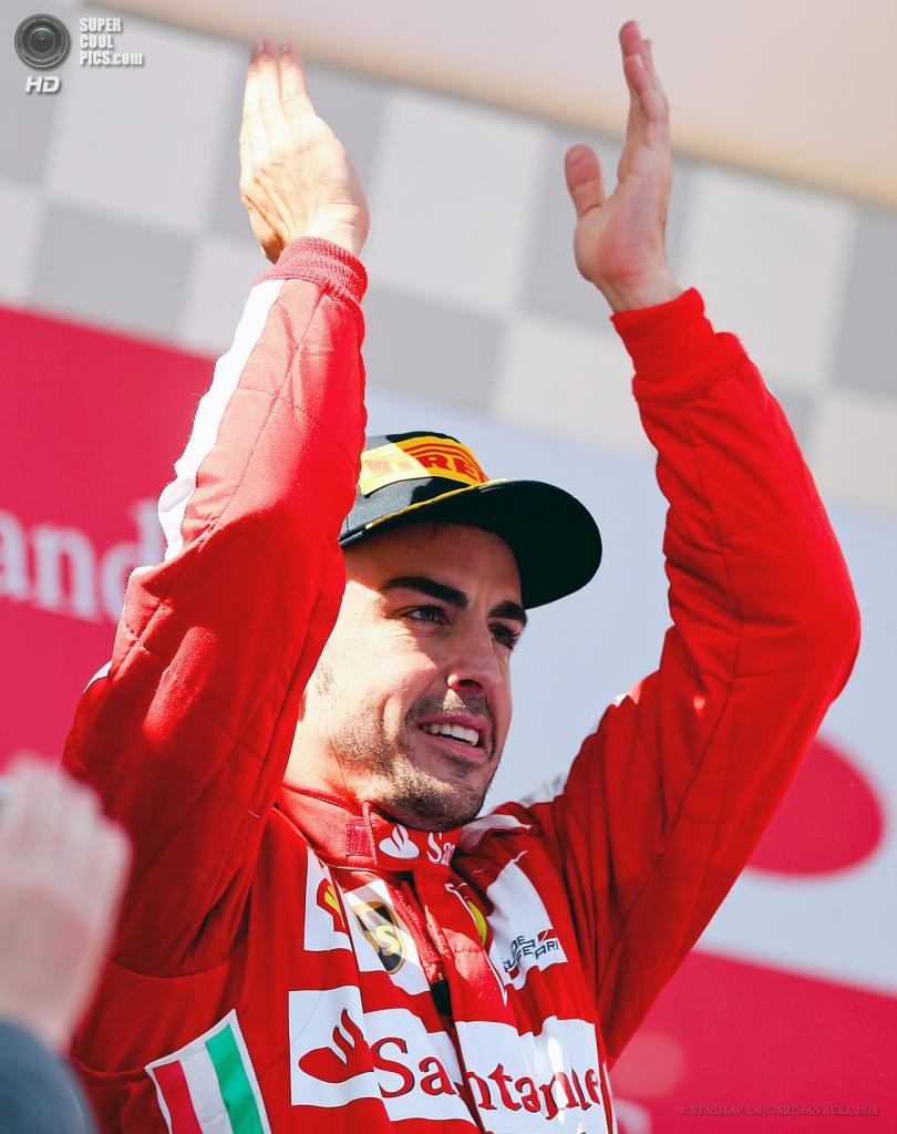 Испания. Монтмело, Каталония. 12 мая. Гонщик команды Scuderia Ferrari Фернандо Алонсо празднует победу на Гран-при Испании. (EPA/ИТАР-ТАСС/SRDJAN SUKI)