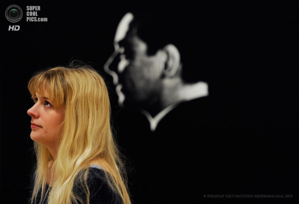 Великобритания. Лондон. 13 мая. Работница галереи у безымянной картины Джона Стезакера на пресс-показе выставки «Walk Through British Art» в галерее Тейт-Британия. (EPA/ИТАР-ТАСС/FACUNDO ARRIZABALAGA)