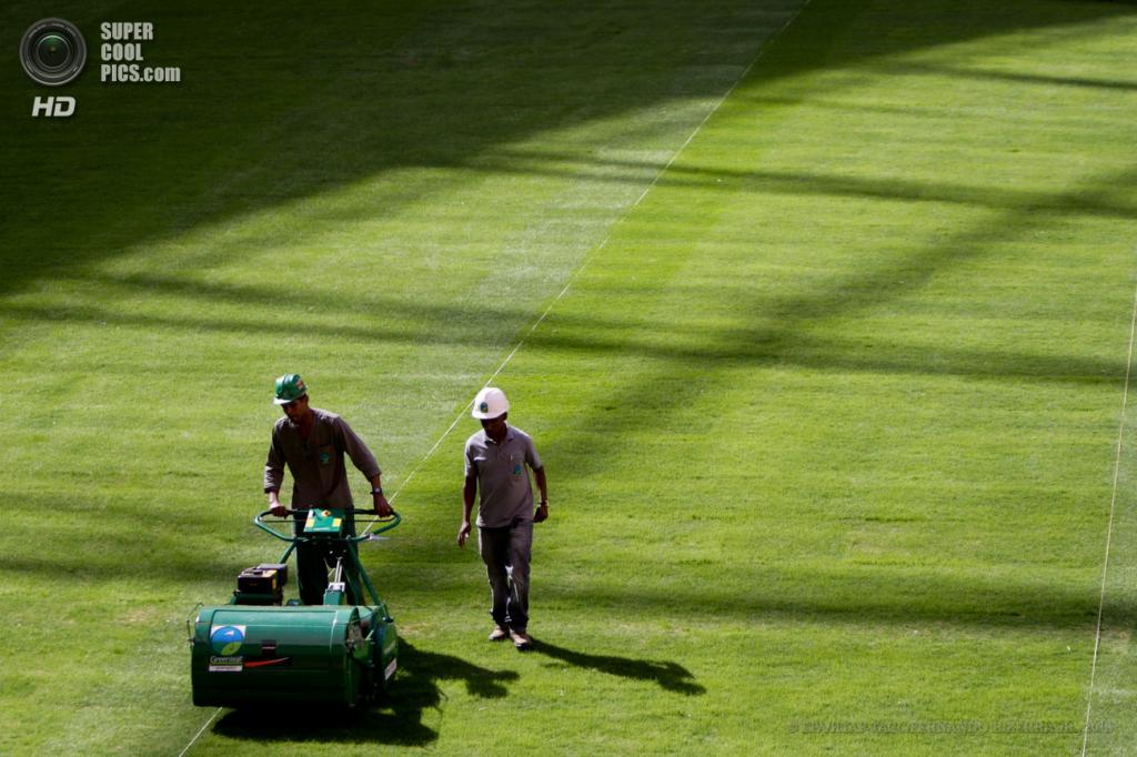 Бразилия. Бразилиа. 14 мая. Рабочие на Национальном стадионе. (EPA/FERNANDO BIZERRA JR.)