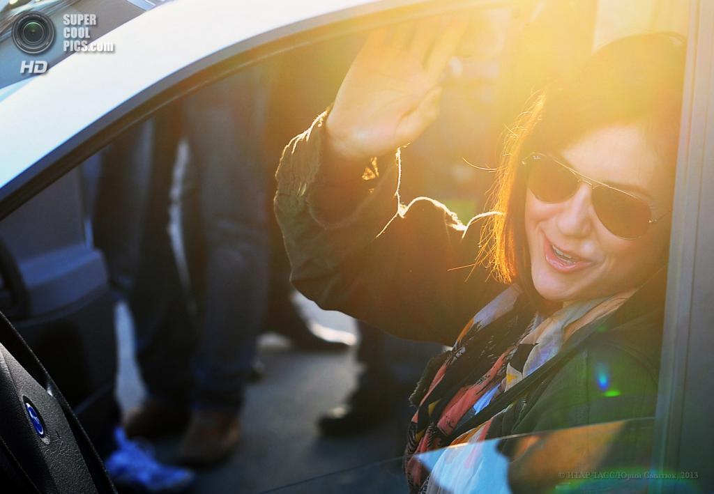 Россия. Владивосток, Приморский край. 16 мая. Американская актриса и музыкант Саша Грей перед автопробегом «Владивосток—Москва» на автомобиле Lada Kalina. (ИТАР-ТАСС/Юрий Смитюк)
