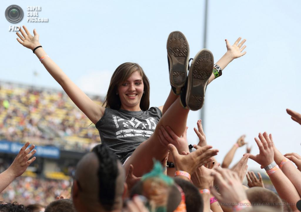 США. Колумбус, Огайо. 18 мая. Девушка в толпе. (EPA/ИТАР-ТАСС/STEVE C.MITCHELL)