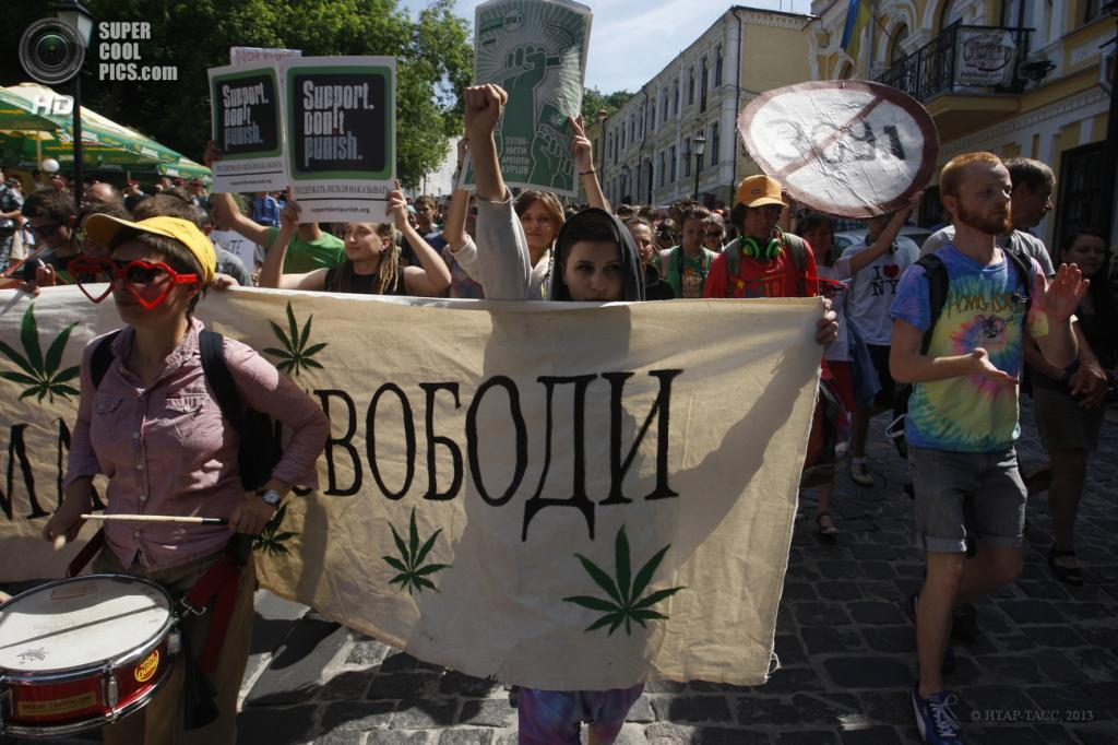 Украина. Киев. 18 мая. Участники марша Свободы за легализацию легких наркотиков на одной из улиц города. (ИТАР-ТАСС)