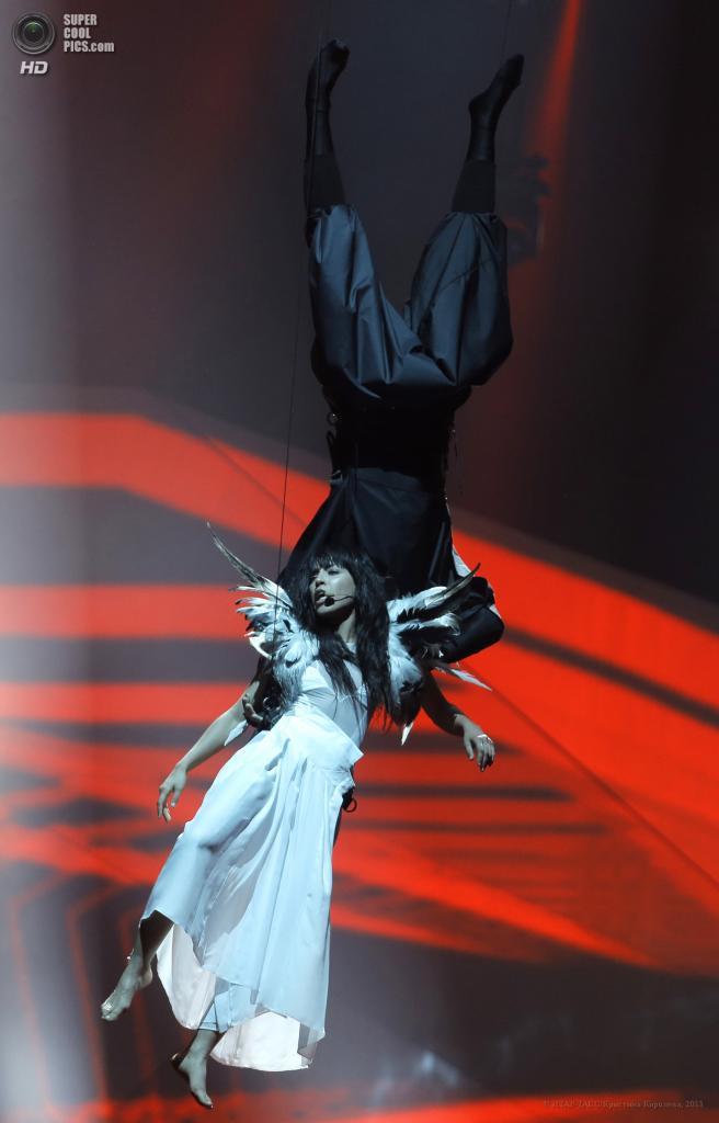 Швеция. Мальме. 19 мая. Победительница конкурса «Евровидение-2012» шведская певица Лорен во время выступления на сцене Malmo Arena. (ИТАР-ТАСС/Кристина Королева)