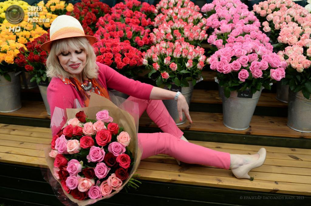 Великобритания. Лондон. 20 мая. Английская актриса Джоанна Ламли у стенда M&S на 100-летии выставки цветов Chelsea Flower Show. (EPA/ИТАР-ТАСС/ANDY RAIN)