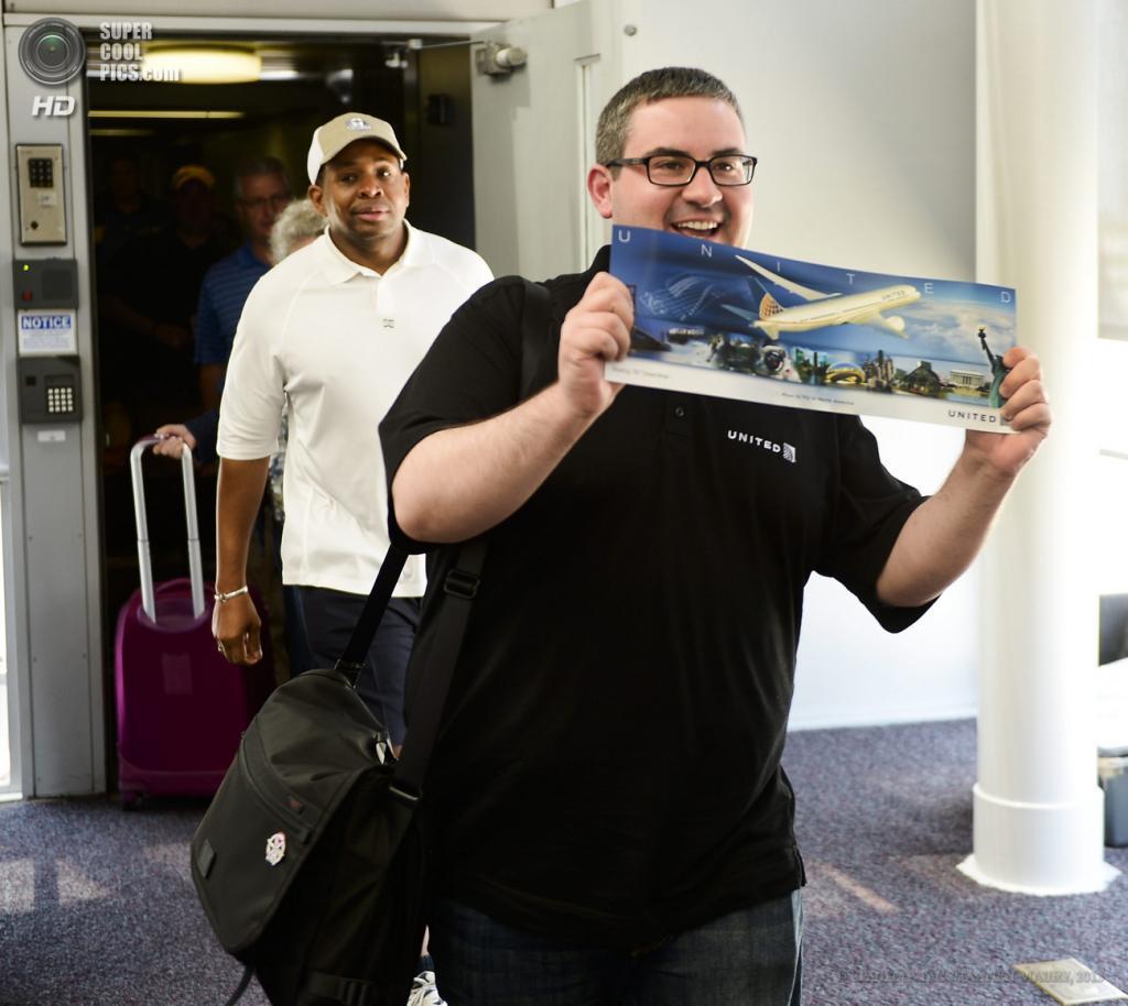 США. Чикаго, Иллинойс. 20 мая. Пассажиры сходят с борта Boeing 787 Dreamliner. (EPA/ИТАР-ТАСС/TANNEN MAURY)
