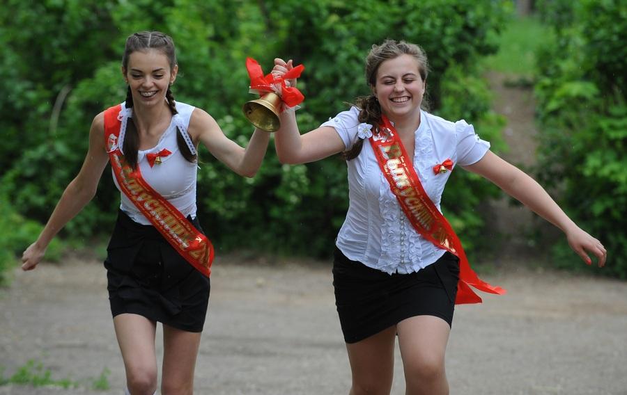До свидания, школа: Последний звонок в городах России и Украины (16 фото)