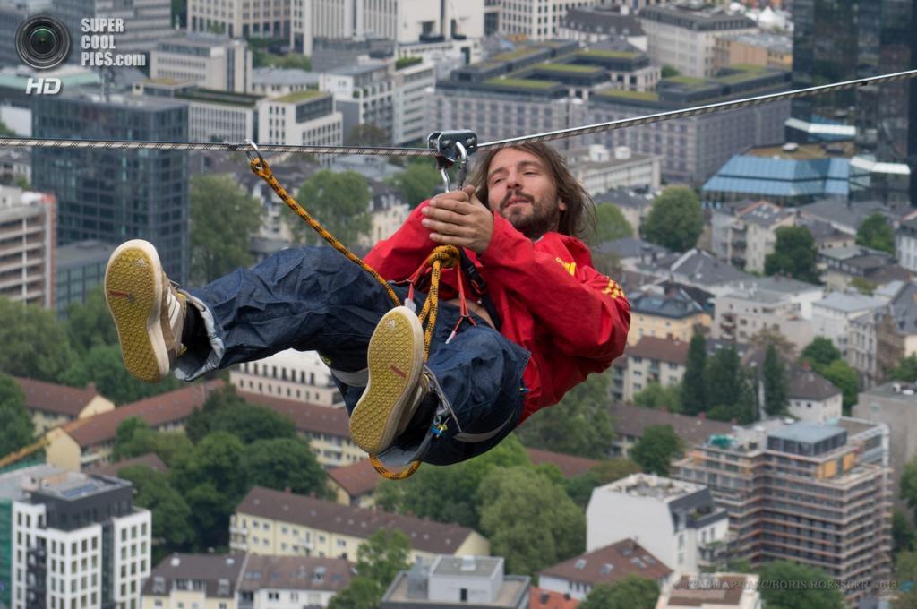 Германия. Франкфурт-на-Майне, Гессен. 25 мая. Австрийский канатоходец Райнхард Кляйндль проходит на канате меж двух башен Tower 185 во время Фестиваля небоскребов. (EPA/ИТАР-ТАСС/BORIS ROESSLER)