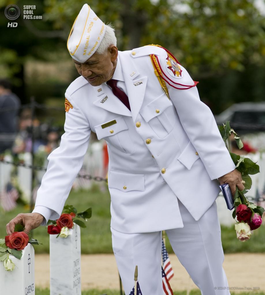 США. Вашингтон. 28 мая. Во время возложения цветов к могиле на Арлингтонском национальном кладбище в День поминовения. (ИТАР-ТАСС/Анна Горн)