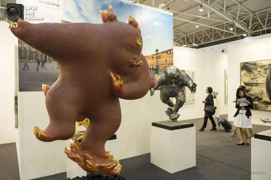 Китай. Пекин. «Повелитель огня» китайского скульптора Ли Чэня. (EPA/ИТАР-ТАСС/ADRIAN BRADSHAW)