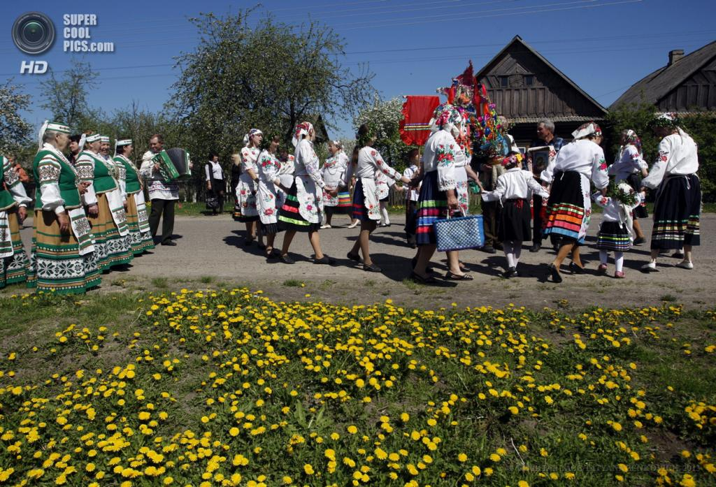 Белоруссия. Погост, Витебская область. 6 мая. Празднование Юрьева дня. (EPA/ИТАР-ТАСС/TATYANA ZENKOVICH)