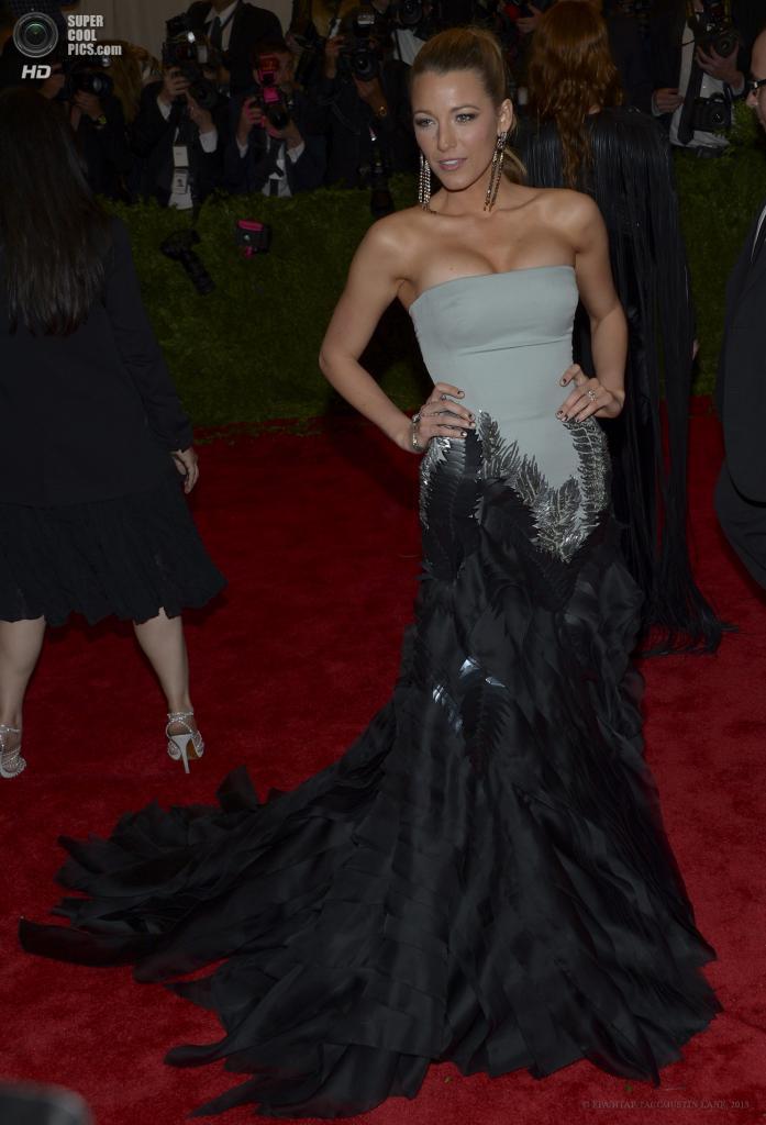 США. Нью-Йорк. 6 мая. Актриса Блейк Лайвли в платье Gucci. (EPA/ИТАР-ТАСС/JUSTIN LANE)