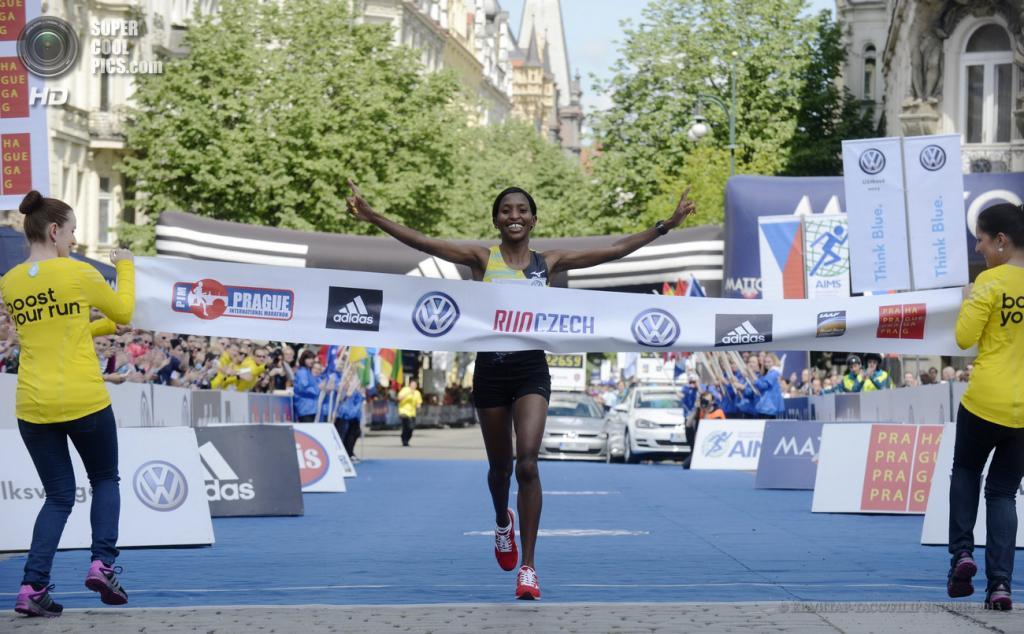 Чехия. Прага. 12 мая. Победительница 19-го Пражского марафона Каролин Ротич из Кении пересекает финишную черту. (EPA/ИТАР-ТАСС/FILIP SINGER)