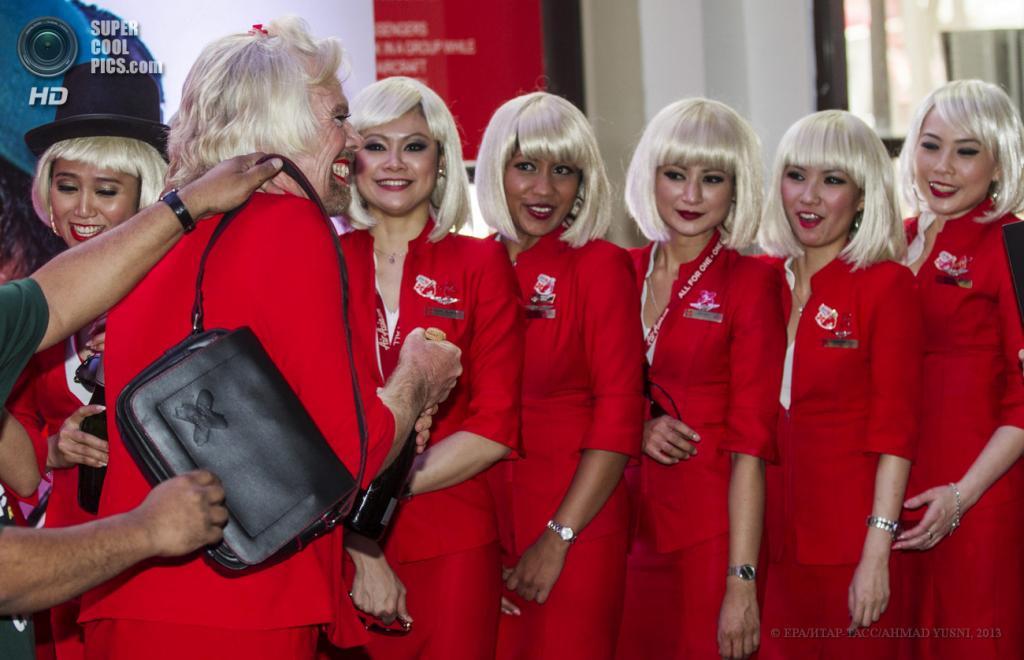 Малайзия. Куала-Лумпур. 12 мая. Миллиардер Ричард Брэнсон в роли стюардессы на рейсе AirAsia. (EPA/ИТАР-ТАСС/AHMAD YUSNI)