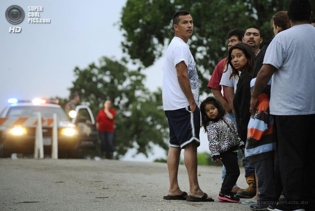 США. Гранбери, Техас. 15 мая. Напуганные жители города. (EPA/ИТАР-ТАСС/RALPH LAUER)