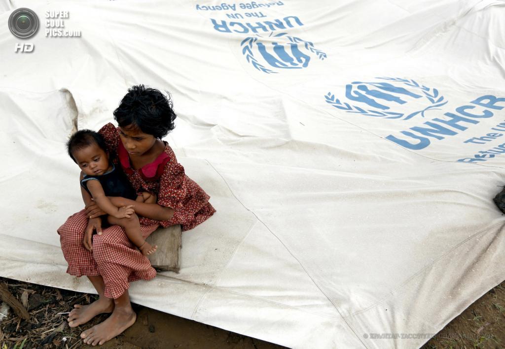 Мьянма. Ситуэ. Во время эвакуации жителей лагеря Ohn Taw для временно перемещенных лиц в связи с приближением циклона «Махасен». (EPA/ИТАР-ТАСС/NYEIN CHAN NAING)