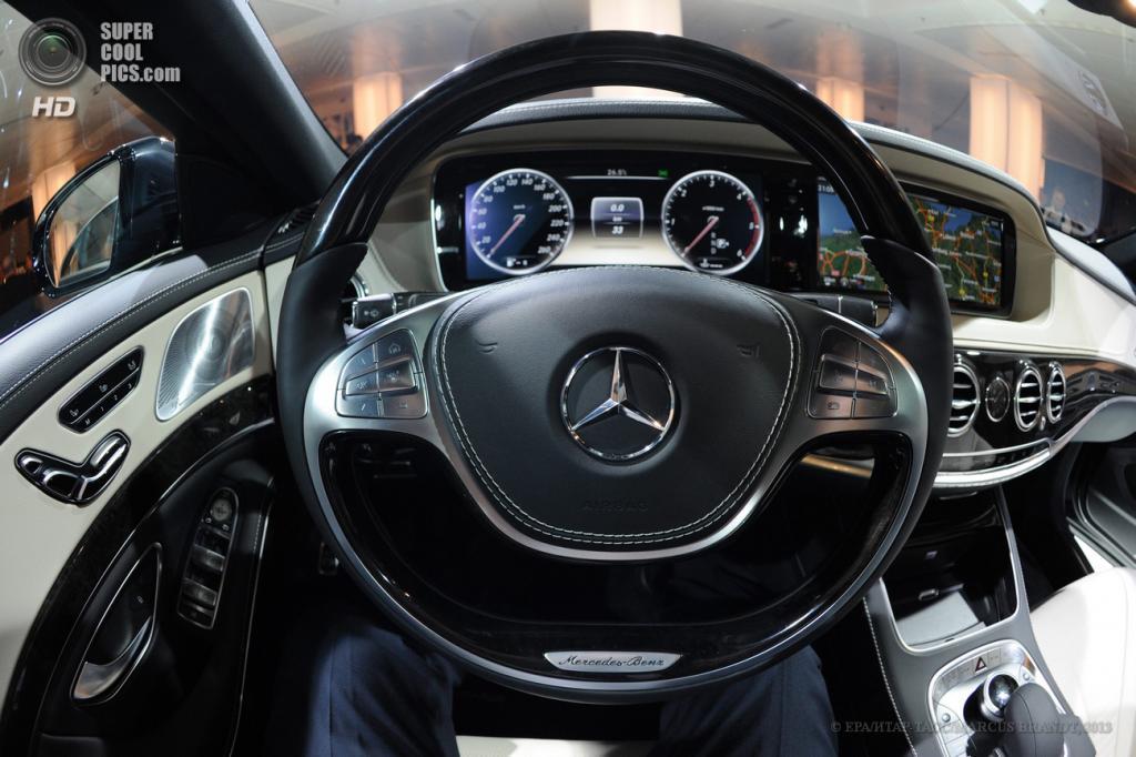 Германия. Гамбург. 15 мая. Внутри салона нового седана Mercedes-Benz S-Class. (EPA/ИТАР-ТАСС/MARCUS BRANDT)
