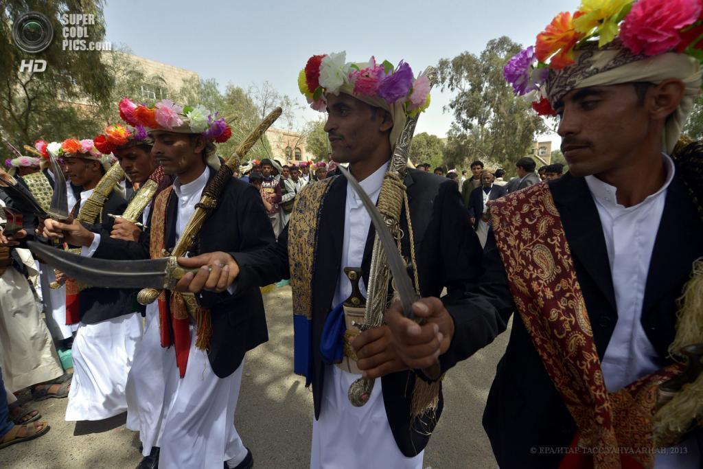 Йемен. Сана. 20 мая. Во время массовой церемонии бракосочетания. (EPA/ИТАР-ТАСС/YAHYA ARHAB)