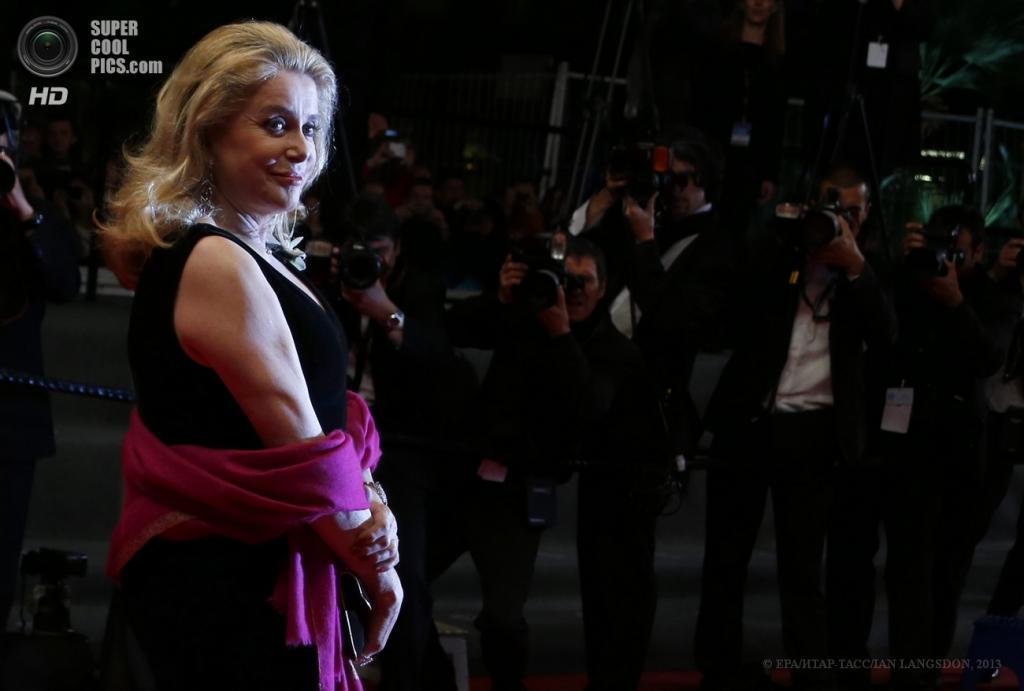 Франция. Канны. 21 мая. Французская актриса Катрин Денёв на премьере фильма «Великая красота». (EPA/ИТАР-ТАСС/IAN LANGSDON)