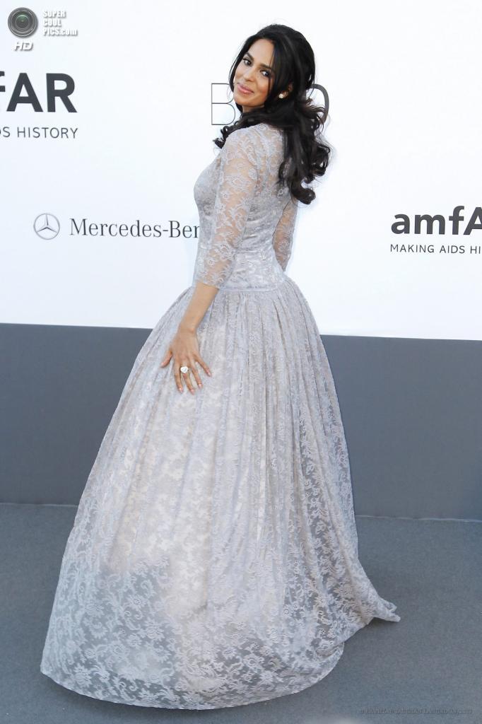 Франция. Кап д'Антиб. 23 мая. Актриса Малика Шерават в платье Dolce & Gabbana на благотворительном вечере amfAR в рамках Каннского кинофестиваля. (EPA/ИТАР-ТАСС/IAN LANGSDON)