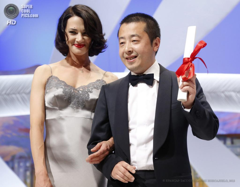 Франция. Канны. 26 мая. Китайский режиссёр Цзя Чжанкэ (слева). (EPA/ИТАР-ТАСС/GUILLAUME HORCAJUELO)