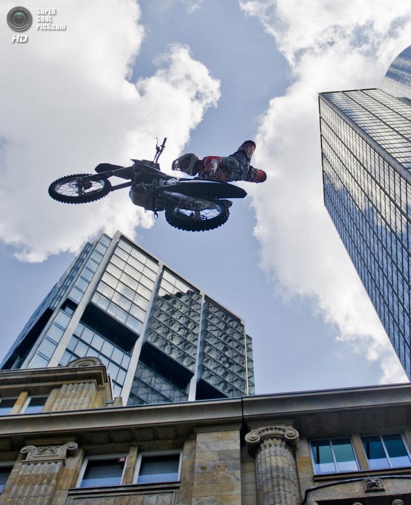 Германия. Франкфурт-на-Майне, Гессен. 25 мая. Мотоциклист Стефан Бенгс показывает трюки во время Фестиваля небоскребов. (EPA/ИТАР-ТАСС/NICOLAS ARMER)